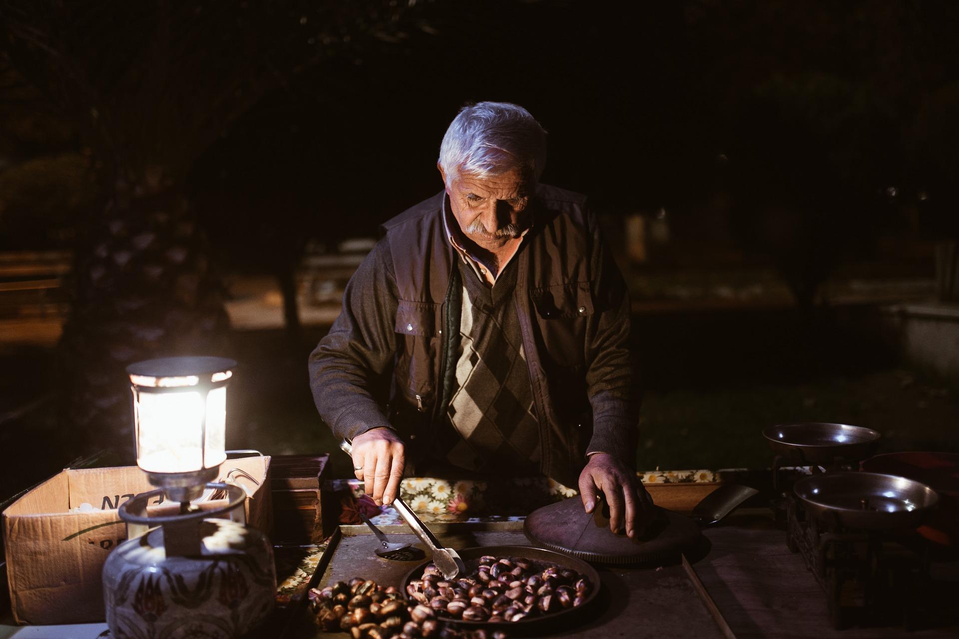 incentivi nazionali, immagine decorativa uomo anziano lavoratore svantaggiato