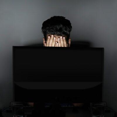 stress lavoro correlato, immagine in evidenza, ragazzo stressato, stress da lavoro